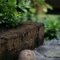 Torvblock är ett naturmaterial som passar fint i trädgården och är ett trevligt byggmaterial för att skapa nivåer och kanter i trädgården.