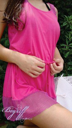 Uma das questões mais recorrentes é: deve-se combinar a saída de praia com o biquíni? E a resposta é simples: Sim e não. Para biquínis lisos, você pode vestir saídas estampadas, lisas, de renda ou de crochê.