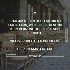 Frau am Nebentisch meckert, weil die Bedienung kein vernünftiges Deutsch spricht.  Weit verbreitetes Problem. Hier, in Amsterdam.