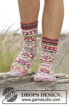 Strikkede sokker med flerfarvet mønster i DROPS Fabel. Størrelse 35 - 43 Gratis opskrifter fra DROPS Design.