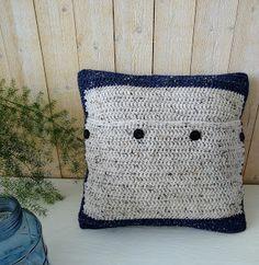 Dit is de achterkant vsn het gehaakte woonkussen van tweed, De voorkant heeft een mooie reliefsteek. Throw Pillows, Tweed, Toss Pillows, Cushions, Decorative Pillows, Decor Pillows, Scatter Cushions