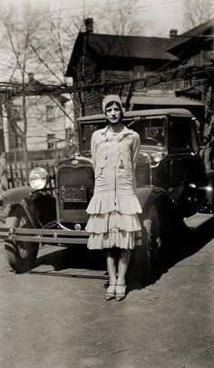 33 Candid Snapshots of Women Posing With Ford Cars in the Past ~ vintage everyday Moda Vintage, Vintage Mode, Vintage Ladies, Vintage Cars, Belle Epoque, 20s Fashion, Fashion History, Vintage Fashion, Moda Art Deco