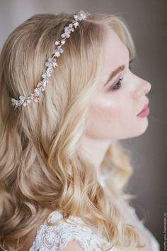 Купить или заказать Свадебный венок для волос. Украшение для невесты, веточка в прическу в интернет-магазине на Ярмарке Мастеров. Свадебное украшение в прическу ручной работы. Невероятный венок для невесты, из стеклянного жемчуга, чешского бисера, хрусталя и металлических бутонов. Нежнейший оттенок жемчужных бусин под названием 'сахарная вата' добавляет украшению необычный, весенний оттенок. Украшение в полный обхват головы, крепится на ленту, которая идет в комплекте, либо на невидимки.