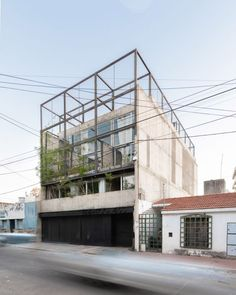 Designed by three local architects – Mariela Marchisio, Cristián Nanzer and Germán Margherit – the multi-unit building occupies a lot that is 10 metres wide and 25.7 metres deep, and bounded by party walls.