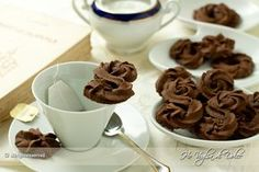 Biscotti di frolla montata al cacao, ricetta assabesi e biscotti da tè. Una ricetta di Montersino, biscotti veloci e facili, al cacao, morbidi, buonissimi