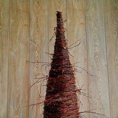 Choinki - Świąteczne Atelier. Choinka wykonana z witek brzozowych gęsto plecionych na metalowym stelażu usztywniona drucianym splotem Wysokość 80 cm Szerokość 31 cm