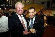 Der Autohaus-Inhaber Hans Nauen wurde von Daniel Meffert (r.) als Unternehmer des Jahres ausgezeichnet.