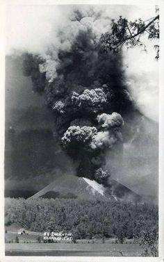 El Paricutin sacando fumarolas, 1943 - All things Mexico.
