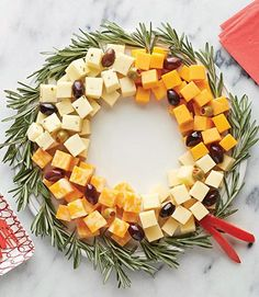 10 Christmas Appetizer Recipes Planning the Christmas dinner menu? Start the festivities deliciously with a great selection of tasty Christmas appetizers. Christmas Cheese, Christmas Party Food, Xmas Food, Christmas Brunch, Christmas Cooking, Christmas Goodies, Christmas Treats, Christmas Night, Christmas Dinner Ideas Decoration