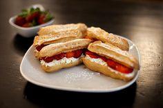 Recette de Éclairs fraises chantilly au Thermomix TM31 ou TM5. Faites ce dessert en mode étape par étape comme sur votre robot !