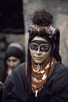 Portrait - Humanity: Kalash woman in Pakistan - Steve McCurry Steve Mccurry, We Are The World, People Around The World, Around The Worlds, Cultures Du Monde, World Cultures, Pintura Tribal, Beautiful World, Beautiful People
