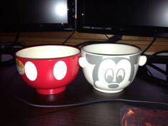 Unwrapped and out of he box! Aren't the bowls just darling? The pants are plastic and the mouse head is ceramic.