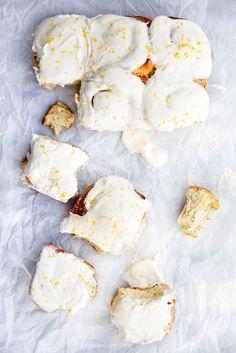 Sticky-sweet Lemon Poppyseed Sticky Buns with a lemon cream cheese frosting breakfast dessert bread rolls Slow Cooker Desserts, Croissants, Muffins, Broma Bakery, Lemon Cream Cheese Frosting, Biscuits, Sticky Buns, Bun Recipe, Macaron