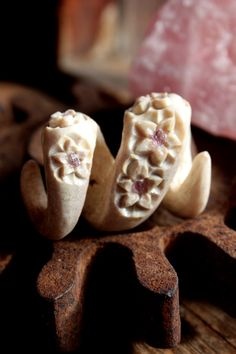 Hand-carved complex twist Deer antler dread bead - carved flower embellishments with Amethyst inlay