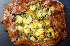 Rezept für eine Kartoffel-Fenchel-TarteTeig:200g Bio Urdinkelmehl1 Ei100g Butter½ Bund frischer Dill1TL Salz, ½ TL ZuckerBelag:1 Fenchel1 Zwiebel3 Kartoffeln gekocht4 EL Sauerrahm½ Bund frischer DillSalz, Pfeffer und Honigbei Bedarf etwas Rauchlachs (ganz wichtig: MSC! )Für den Teig kalte Butter in kleinen Würfel zum Mehl geben. Mehl und Butter zwischen den Fingern fein zerreiben. Salz, Zucker und Dill hinzufügen und zum Schluss noch das zerklopfte Ei zugeben. Alles zu einem Teig…