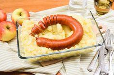 Recept voor hete bliksem voor 4 personen. Met zout, boter, peper, aardappelen kruimig, appel, rookworst en ui