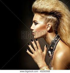 Retrato de la muchacha modelo de moda rockero estilo. Peinado. Rockero o Punk mujer maquillaje, peinado y accesori