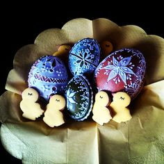 Mini chicks with 3D eggs -everything made of honey cookies by Honiees.