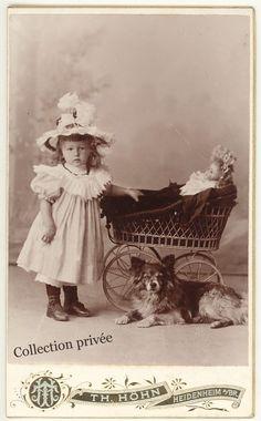 jouets d'enfants, jeux de photographes : Petite fille avec son chien et une poupée  dans un...