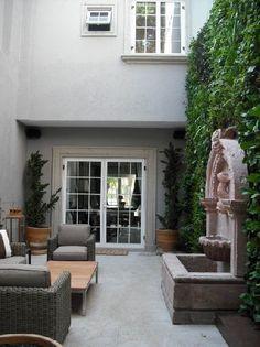 verde 360º aprovechando los muros de un jardín angosto