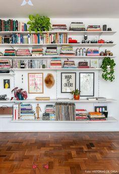 Duas histórias em um só apê<br> Living Room Designs, Living Room Decor, Living Rooms, Living Room Bookshelves, Bookcases, Living Room Shelving, Bookshelves For Small Spaces, Apartment Bookshelves, Floor To Ceiling Bookshelves