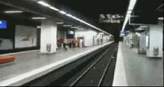 Amazing human tricks- This is how you change subway platforms