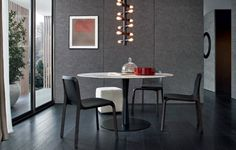 Flute table with carbone mat lacquered structure and top in glossy calacatta oro marble. Ley chairs with spessart oak structure, seat and backrest covered in black hide. Onda pouf covered in 1 latte Nabuk leather.