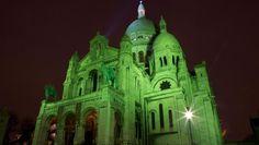 Basilique du Sacré-Cœur, Paris. Pour le 17 mars, jour de la Saint-Patrick, le monde entier rend hommage à Saint-Patrick et à son île, en s'habillant de vert...
