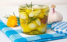 7 Ways You Can Make Your Garlic Last Longer - Vinegar pickled garlic - Can You Freeze Garlic, Freezing Garlic, How To Store Garlic, How To Make Homemade, Food To Make, Preserving Garlic, Pickled Garlic, Homemade Pickles, Pickles Recipe