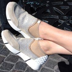 """Ideali per le lunghe giornate in viaggio per il mondo, queste scarpe """"ginniche"""" sanno essere anche eleganti come non mai, le scarpe giuste per la """"City Women"""" che può permettersi di usare i colori silver e gold come e quando vuole."""