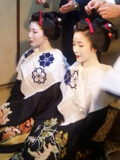 Maiko Satomi and Satono in the topknot cutting ceremony.