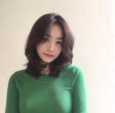 Permed Hairstyles, Pretty Hairstyles, Girl Short Hair, Short Hair Cuts, Pelo Ulzzang, Medium Hair Styles, Curly Hair Styles, Middle Hair, Korean Short Hair