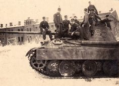 Panther ausf. D with crew near Leningrad, 1943.