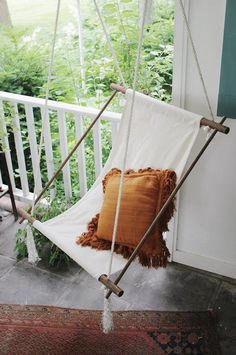 Outfit your porch (or even your living room) with a DIY hanging lounge chair. - Outfit your porch (or even your living room) with a DIY hanging lounge chair. Cool Diy Projects, Outdoor Projects, Home Projects, Pallet Projects, Cheap Home Decor, Diy Home Decor, Chaise Diy, Outside Seating, Outdoor Seating