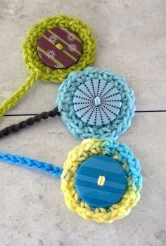 Crocheted Button Bookmark but make cute bracelet Crochet Bookmarks, Crochet Buttons, Crochet Books, Crochet Home, Crochet Gifts, Cute Crochet, Knit Crochet, Yarn Crafts, Sewing Crafts