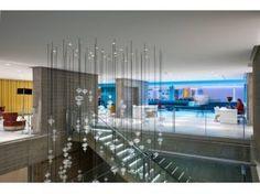 NH EUROBUILDING, MADRID  En el distrito financiero de la ciudad se encuentra el hotel NH Collection Madrid Eurobuilding. En su interior alberga un auténtico espectáculo visual que se proyecta en la bóveda del edificio, la pantalla LED curva más grande del mundo instalada en un hotel, de 300 m2