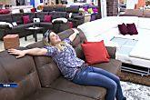 Na Rússia, jovem é contratada para testar sofás oficialmente