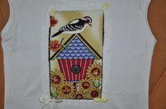 Blusa branca,  com aplicação de casinha de passarinho,  em tecido 100% de algodão, girassóis bordados com lantejoulas.  Feita  sob encomenda nos tamanhos P,   M,  G  e  GG e nas  cores  desejadas. R$45,00