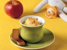 Meyve Püresi  Elmaların kabuklarını soyup cam rende ile rendeleyin. Muzların kabuklarını soyduktan sonra cam bir kabın içinde çatalla ezin. Birkabın içinde rendelediğiniz elmaya ve ezdiğiniz muza 1 çorba kaşığı taze sıkma portakal suyunu ilave edip karıştırın. Pürenin üzerine bebe bisküvisi kırıntısını serpin. Püreyi bebe bisküvisiyle…