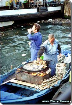 balık ekmek keyfi #İstanbul #Eminönü - 1976 F: Jean-Pierre Bazard #istanlook Turkey History, Republic Of Turkey, Turkish Delight, Middle East, Travelogue, Sailing Ships, Canisters, Boats, Istanbul
