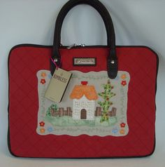 Bolsa para netbook, feita em sarja matelassado, forrada com 1 bolso interno com zíper e detalhes e alça em couríssimo, fechamento com zíper. R$85,00