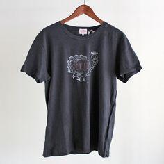1950年代のユニークなグラフィックをアーカイヴとして復刻したTシャツ。 リアルなヴィンテージTのような洗いざらした風合いがスタイリッシュ。シルエットはクラシックなレギュラーフィット。素材はソフトなコットン100%。