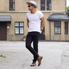 """""""Básicos que todo hombre debe tener! T-shirt blanca o en colores lisos y Pantalón tipo jeans de color negro #OOTD #ModaparaLosHombres #Style #LifeStyle…"""""""