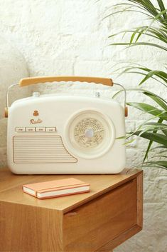 Vintage radio - Bonjour Bibiche concept store déco & cadeaux - - Radio vintage A radio design with a vintage look for a fifties lover! The retro radio is available in ivory white and drink on the eshop deco of Hello Bibiche ♥ - Radio Vintage, Vintage Stil, Look Vintage, Vintage Industrial, Vintage Decor, Vintage Designs, Antique Radio, Industrial Desk, Industrial Living