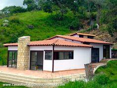 Casa diseñada en desnivel, teja de barro a varias aguas, puertas ventanas y ventans exteriores en aluminio.