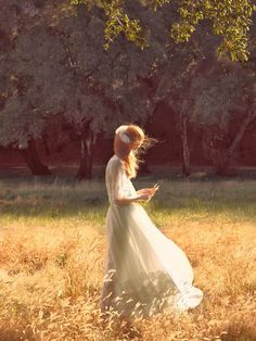 julia hafstrom - Redhead Julia Hafstrom poses for Vogue China's May 2014 issue in a feminine, bridal-themed photoshoot. Set in a dreamy forest meadow, these i. Vogue China, Princess Aesthetic, Field Of Dreams, Foto Art, Jolie Photo, Camilla, Summer Vibes, Summer Breeze, Editorial Fashion