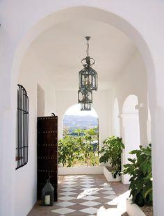 Cortijo Bravo en Málaga. Porche blanco con arcos en la entrada de la casa