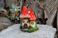 Nadel Felted roter Pilz Haus  von Harthicune von Harthicune auf Etsy