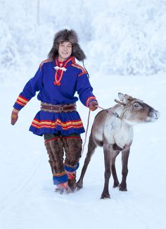 Sami people of Sweden. The Sami people are an indigenous Finno-Ugric people inhabiting the Arctic area of Sápmi, which today encompasses parts of far northern Norway, Sweden, Finland, the Kola Peninsula of Russia. Folk Costume, Costumes, Kola Peninsula, Amor Animal, Lappland, Tribal People, Colourful Outfits, Colorful Clothes, People Around The World