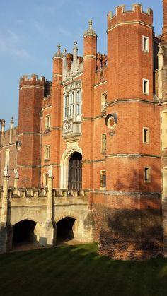 London, Hampton Court Palace, The Tudor Gatehouse https://VacacionesReales.com